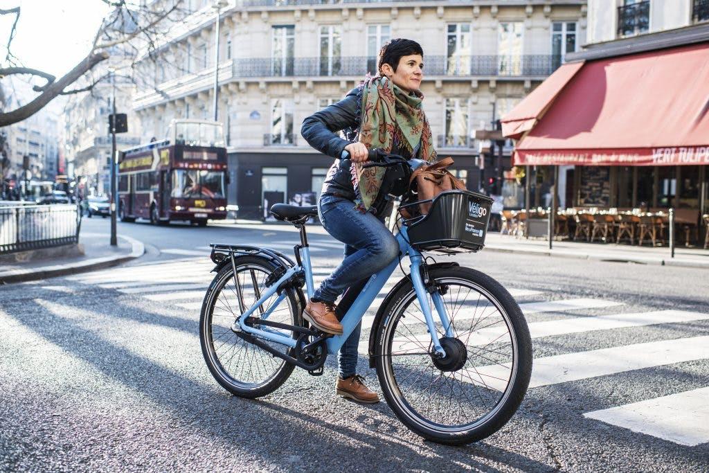 Cycliste vélo en mouvement dans Paris