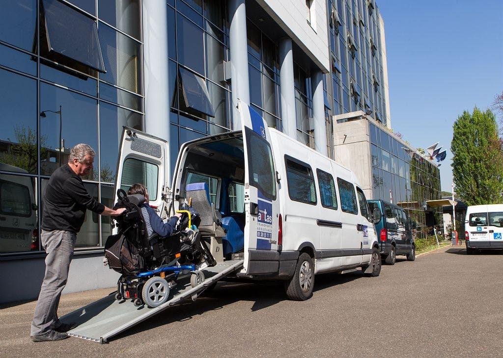 Entrée de personne à mobilité réduite dans un véhicule de transport scolaire