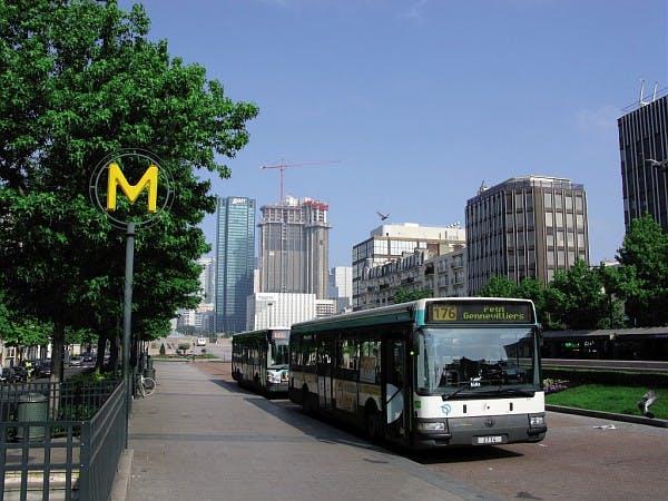 Passage d'un bus près du métro