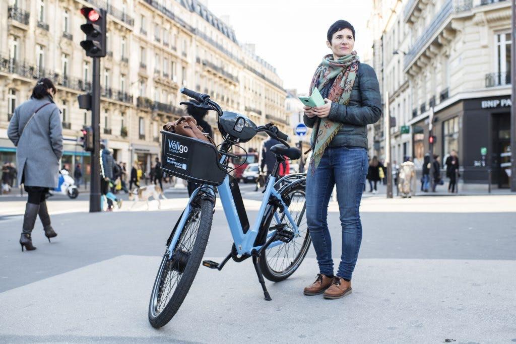 Utilisateur de vélo avec un Veligo à assistance électrique en ville