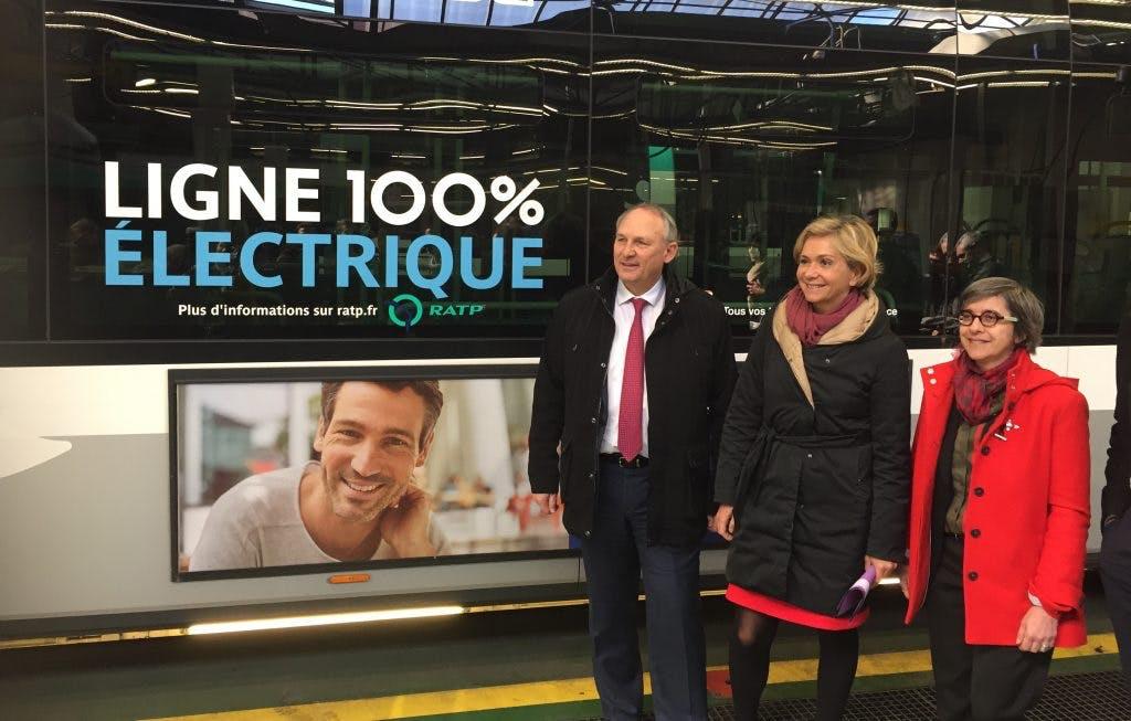 Partenaires des transports en commun devant un bus 100% électrique