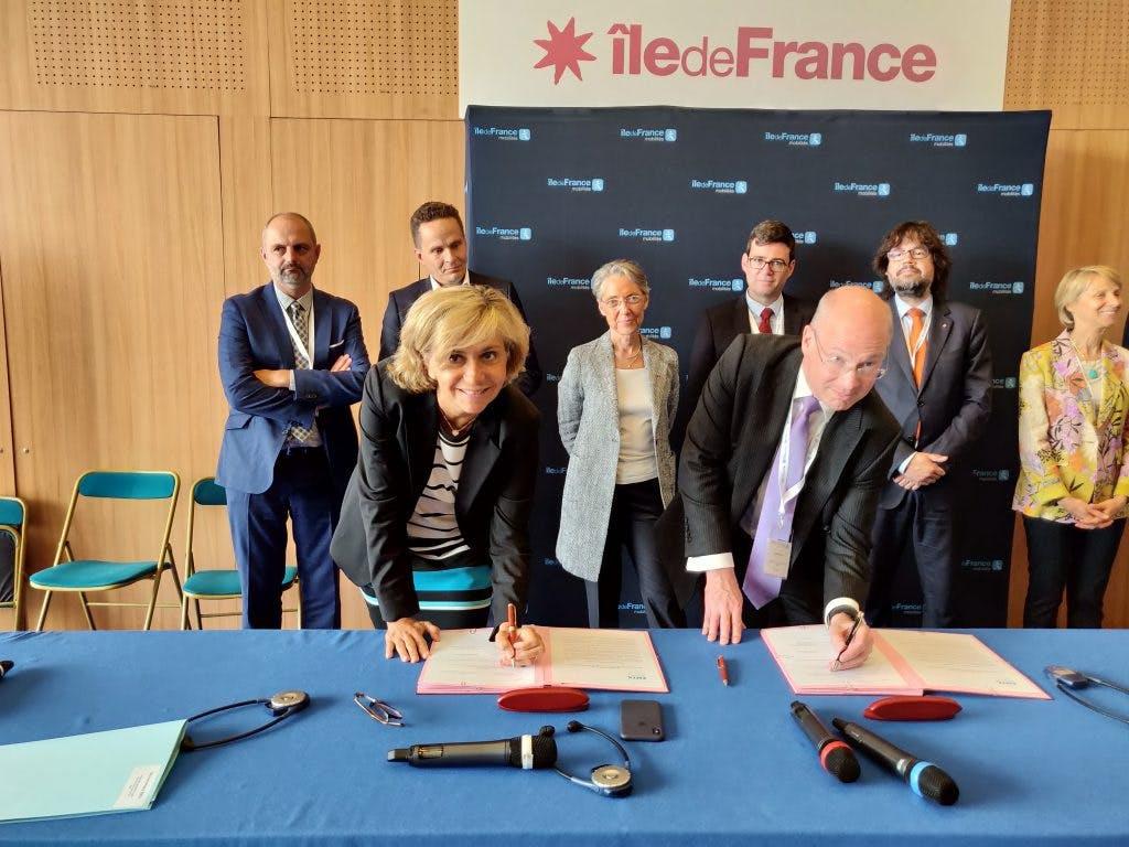 Dirigeants île-de-France mobilités et Europe métropoles : Signature documents pour le projet bus zéro émission