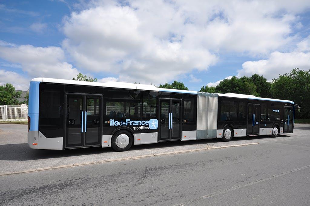 Bus aménagé à l'arrêt