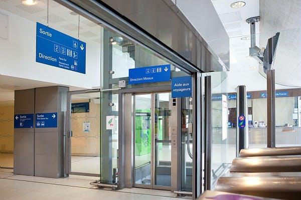 Ascenseur à la gare pour accéder aux transports en commun