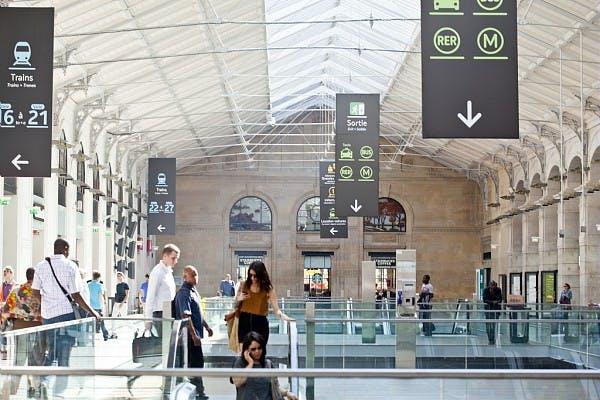 Voyageurs dans une gare entrants au sous-sol pour prendre les transports en commun
