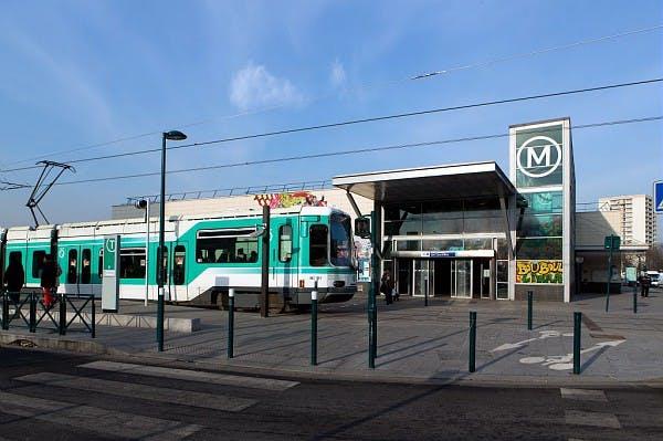 Tram 1 à l'arrêt près du métro