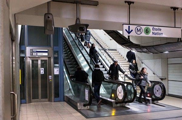 Voyageurs entrants sur escalators et escaliers pour accéder aux transports en commun