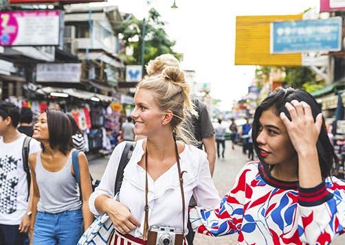 Voyager à l'étranger : comment payer et s'assurer ?