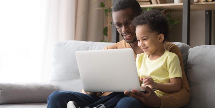 Internet Residencial: pai e filho navegam em notebook