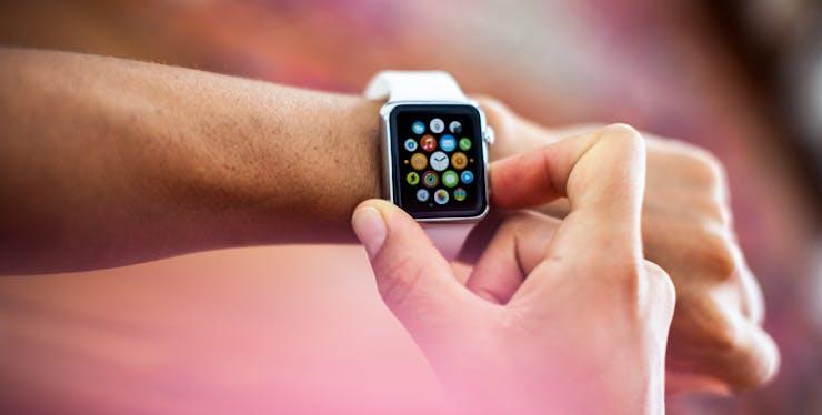 Pessoa usando seu relógio digital