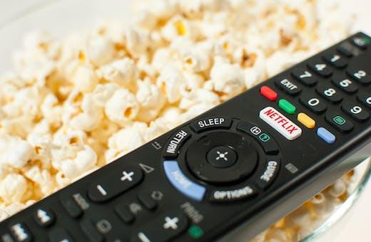 Netflix - Controle remoto e pipoca
