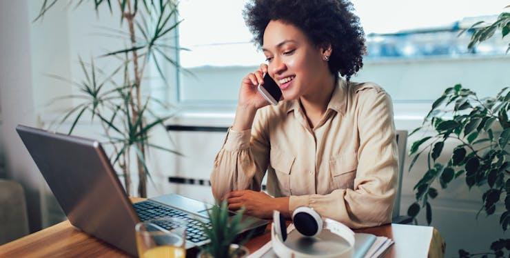 Mulher falando trabalhando falando no celular