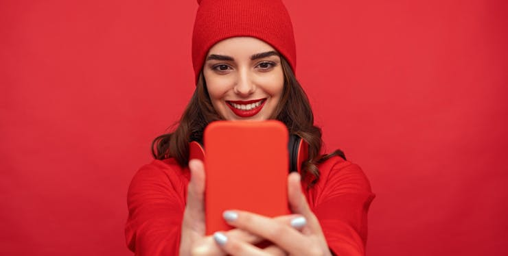 Moça olhando o celular