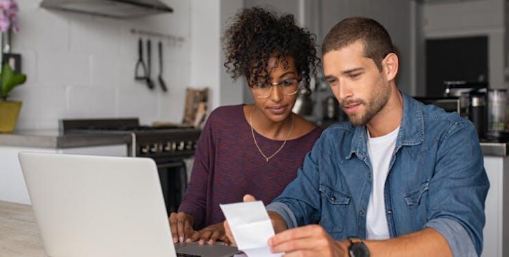 Vivo Regulariza: homem e mulher analisam fatura