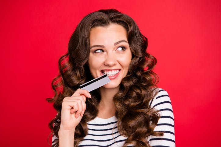 Recarga SKY: mulher com cartão de crédito na boca