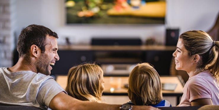 Família assiste programação TNT