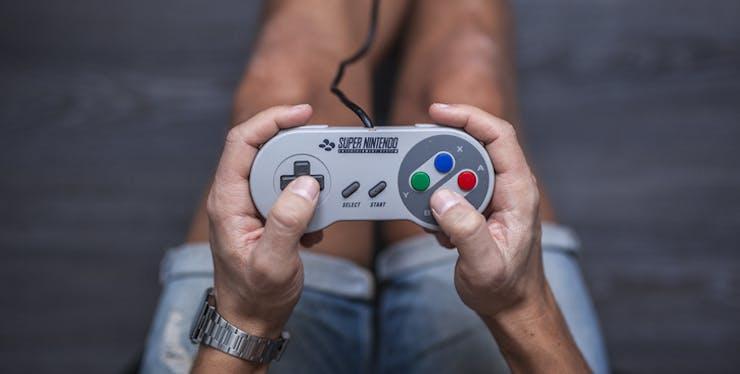 Pessoa segurando um controle de videogame.