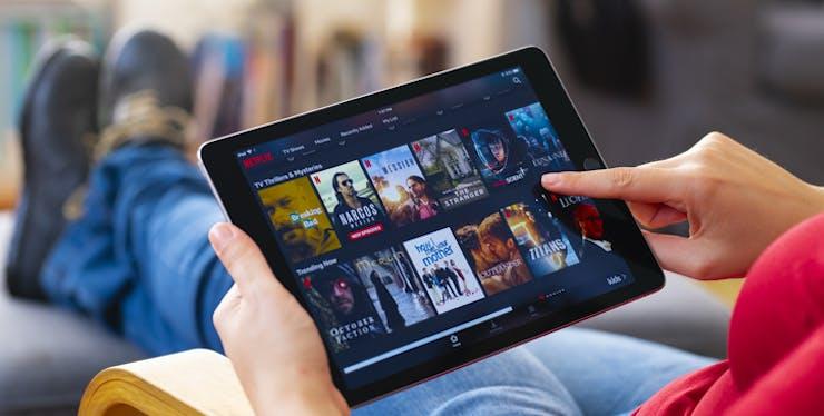 Pessoa usa tablet para acessar a Netflix