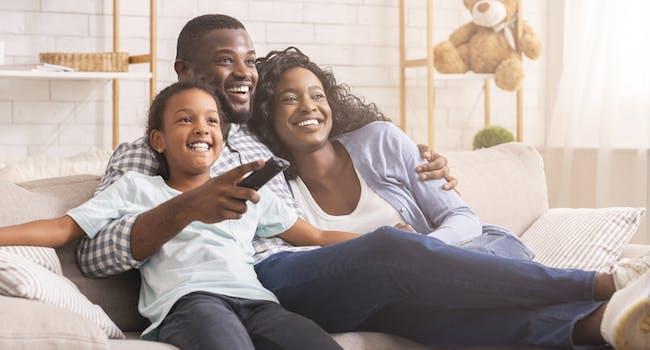 Família assiste SKY Combo na TV.