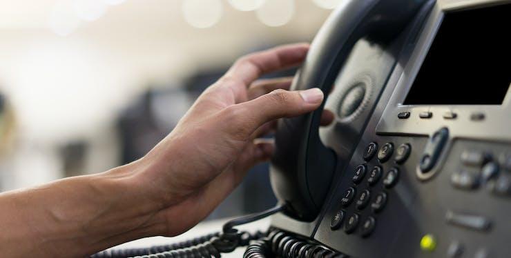 homem pegando ao telefone