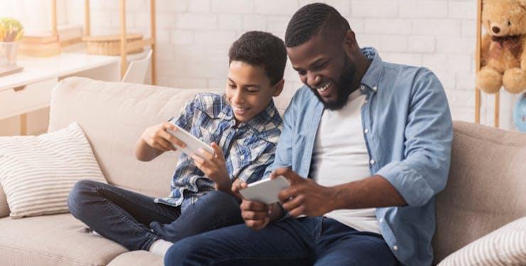 Melhores jogos para Android e iOS: pai e filho jogando no celular