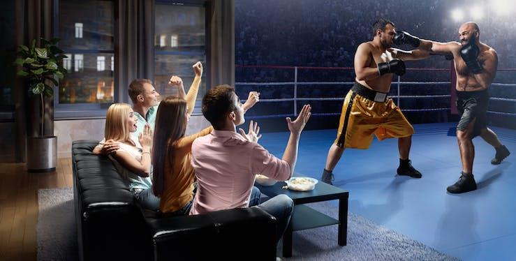 Grupo de amigos assistindo lutas