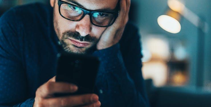 Homem preocupado olhando o celular