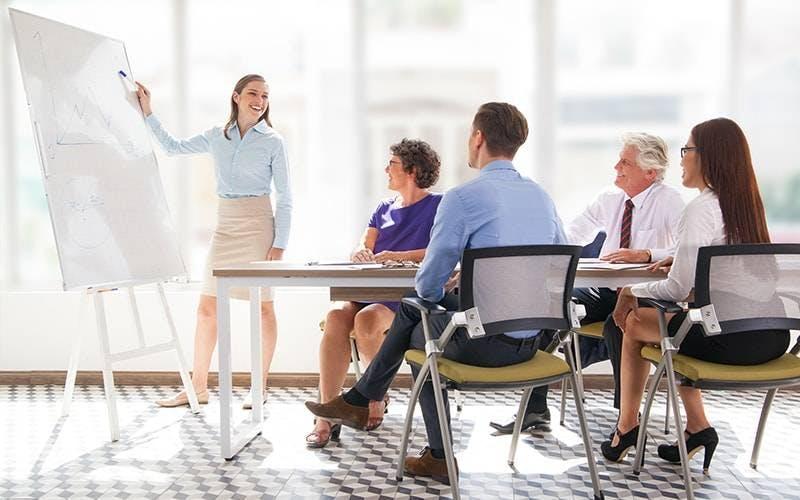 Mulher apresentando reunião