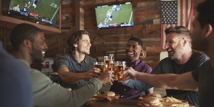 Amigos assistem SKY Media Center em bar.