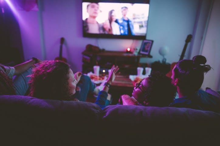 Amigos assistem TV por assinatura
