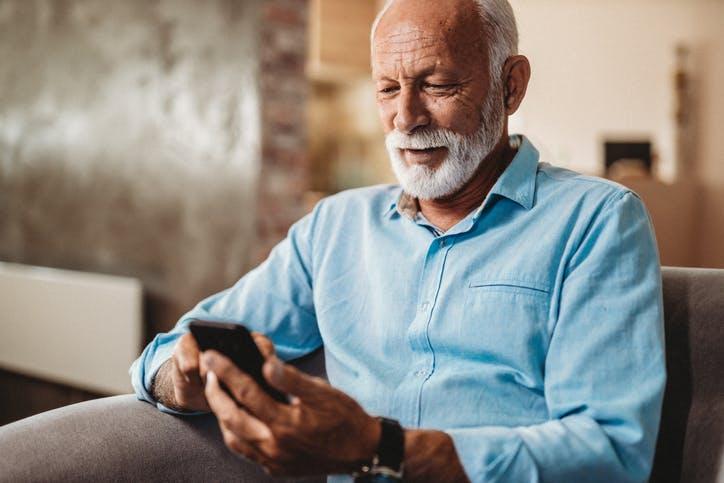 SMS e MMS: homem idoso mexendo no celular