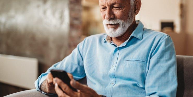 Como fazer portabilidade: homem olhando celular