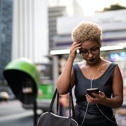 ofertas tim - mulher olhando para o celular
