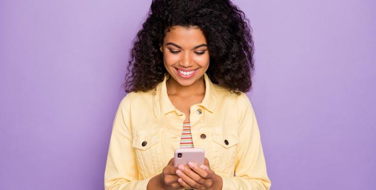 Mulher usando seu celular