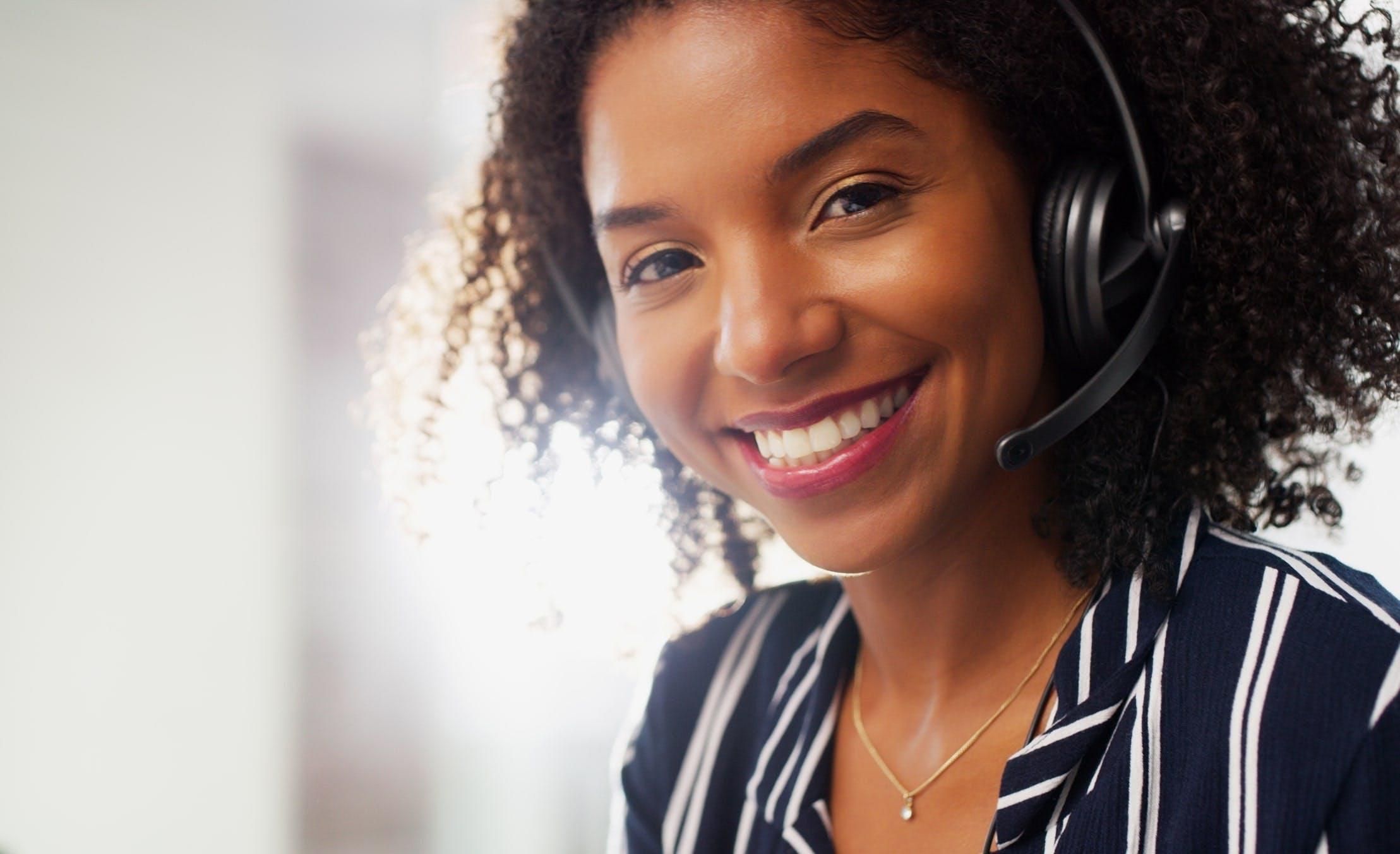 Moça atendendo cliente que ligou no Telefone Vivo