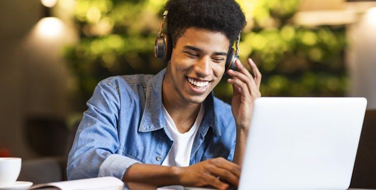 Gravados de tela: Jovem com fone de ouvido mexendo no computador