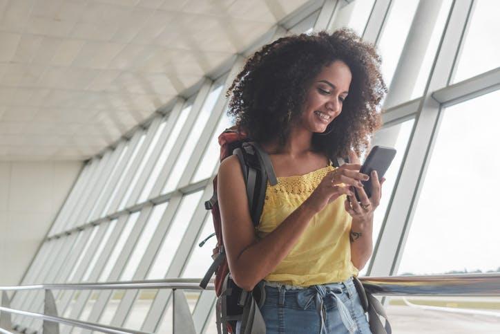 imagem que demonstra mulher se conectando a internet de graça no celular
