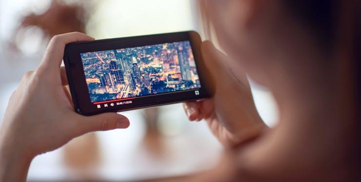 Mulher vendo video no celular
