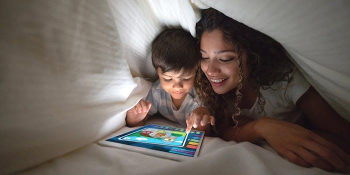 Mãe e filho utilizam a SKY Internet.