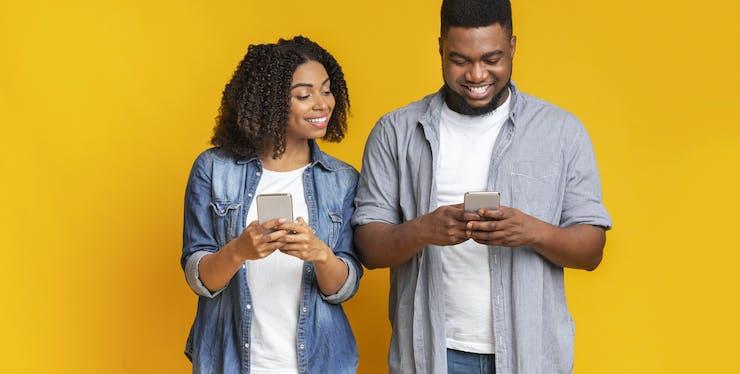 Casal negro com celular