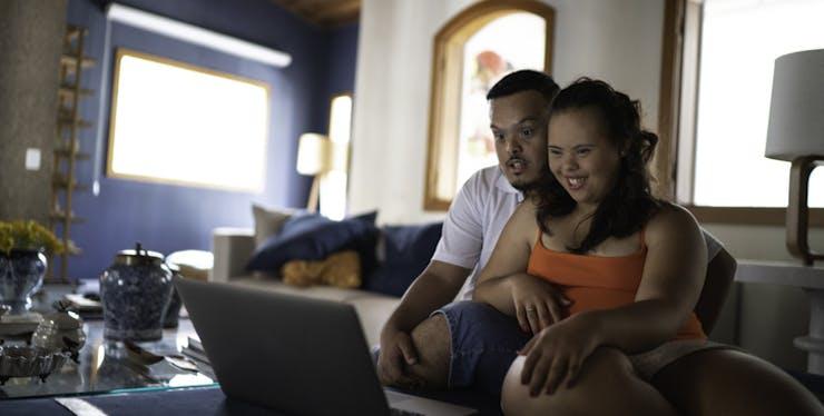Dia dos Namorados: casal assiste filme no notebook