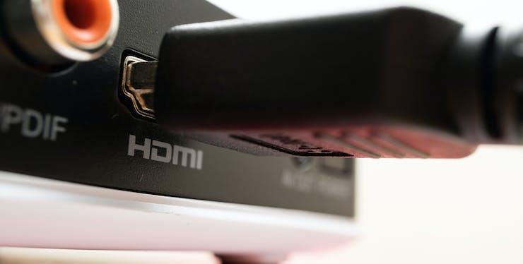 Cabo HDMI sendo conectado ao dispositivo na entrada destinada a ele