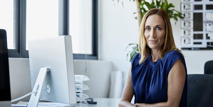 Mulher trabalhando na sua empresa