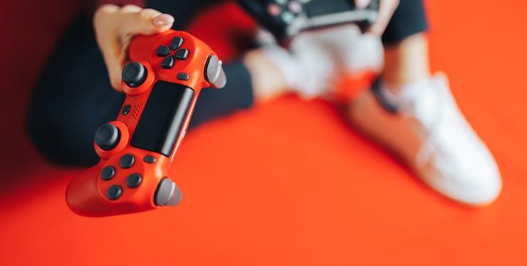 Pessoa segurando controle de videogame
