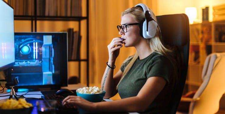 Dia do Orgulho Nerd: mulher assiste a filmes no Claro NOW enquanto come pipoca