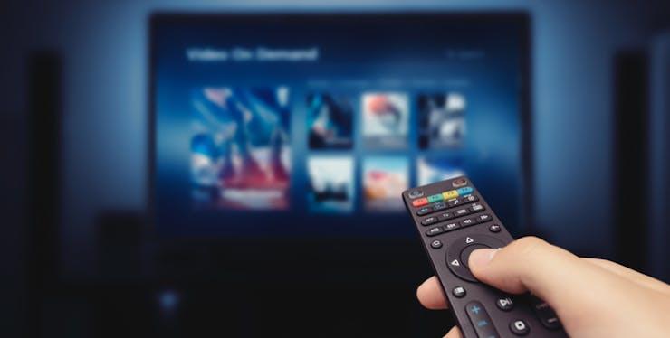 Controle remoto e menu de filmes e séries na TV