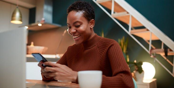 WhatsApp Web: mulher sincronizando app do celular no notebook