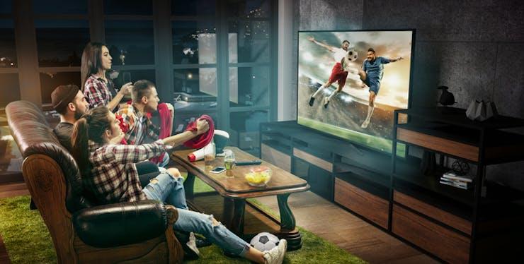 Pessoas assistindo televisão
