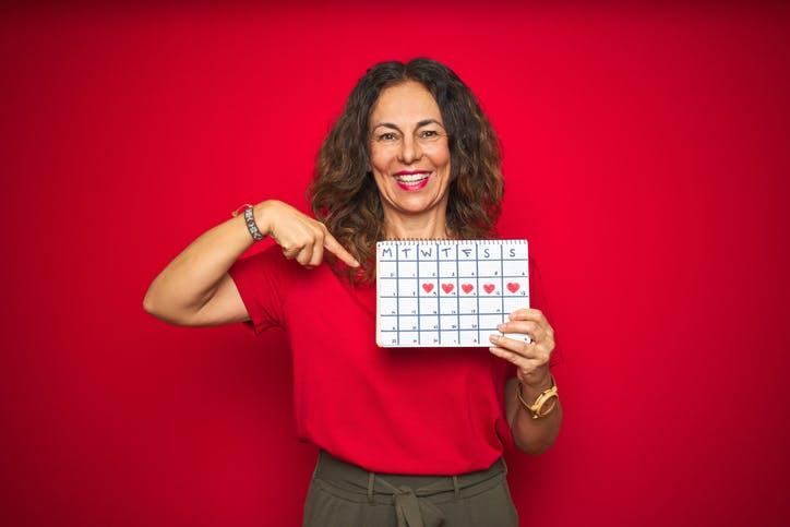 SKy Recarga Programada: mulher aponta para calendário
