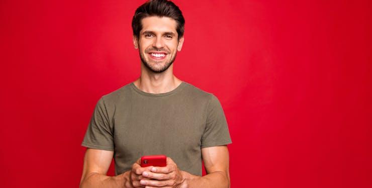 Homem utilizando o celular